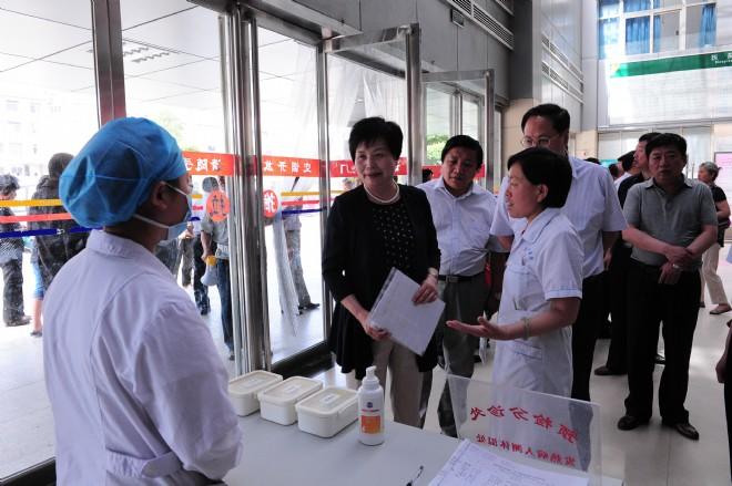 解冰山率队调研《传染病防治法》和《中医药条例》贯彻实施情况